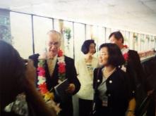 塞拉抵達(桃園)中正機場,左後奧林匹亞基金會吳經國委員夫人;右旅西畫家梁君午教授陪同。