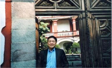 2003 年與詩人瘂弦造訪帕斯的家,基金會所在(警衛開門):Casa de Alvarado