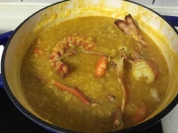 放入明蝦、沙公螃蟹