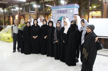 進清真寺前女士換黑袍; 男同學服飾是在市集自行採買做紀念