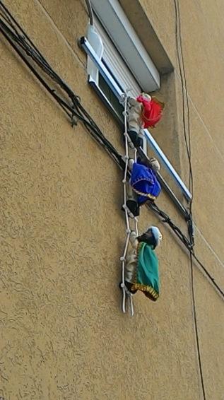 三王送禮到窗邊:西班牙民宅窗台吊飾 (王之化攝影)