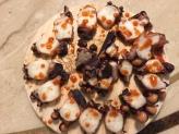 用 tabasco 充當紅辣椒粉的大章魚,擺在木板盤上