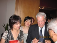 2011 年 6 月 17 日,尤薩夫婦在北京 (祕魯駐北京大使館); 尤薩簽名問候臺灣讀者