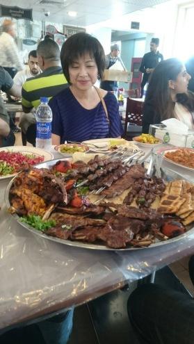 10人份的午餐其一(旁邊還有兩大盤一樣的份量); 還有其他四種各三盤的生菜沙拉、薄煎餅、煨煎魚