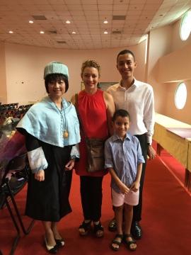 國際生代表致答:來自巴拿馬的 Gabriel Arturo Alba 與其母親、弟弟