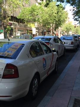 西班牙白色計程車紅斜線腰帶標誌