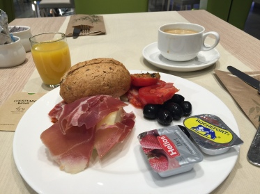火腿搭配哈密瓜與麵包的早餐