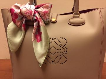 絲巾護香頸,裝飾托特包