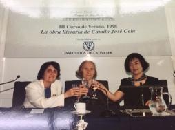 1998 年 7 月 18 日塞拉基金會閉幕,與其他講者合影(中間這位羅馬尼亞學者說我有「大象的記憶力」(Memoria de elefante))