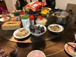 廚房大圓桌什麼都有,亂中有序