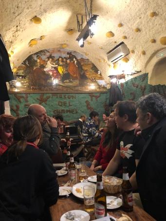 連屋頂都是蘑菇。壁上畫是 D. Velázquez 的〈酒神的勝利〉(El triunfo de Baco)