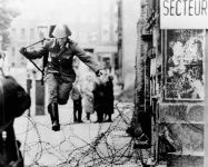 (photo:Kottke.org )冷戰悲歌:柏林圍牆還只是鐵絲網時,東德士兵 Conrad Schumann 企圖逃離東德到西德。
