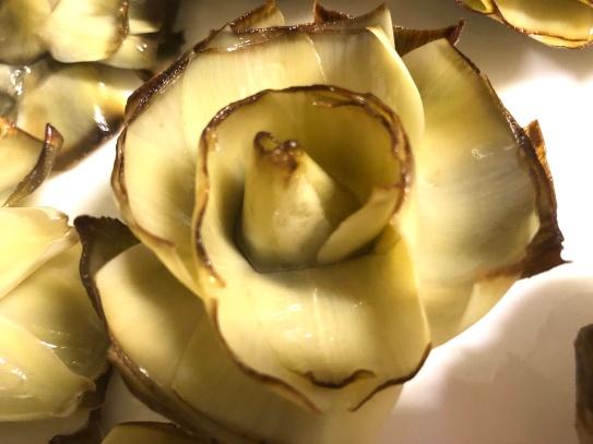 德法鐵鍋聯手,鑲嵌出「唇線」的蓮花朝鮮薊,像百合?像木蓮?