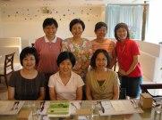 2009 年歡送秀瑕老師(嘉陵老師+乃冬老師:後排左一左二)