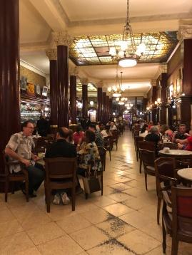 文人雅士民眾聚會聞名的 Tortoni 咖啡館