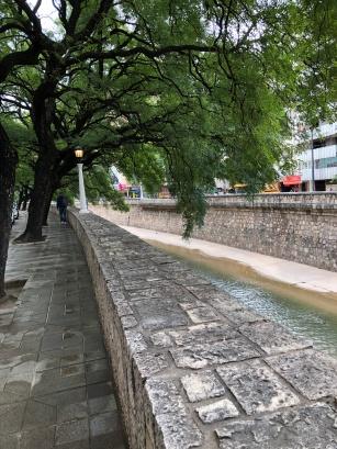 川流市中心的 La Cañada 河和綠蔭