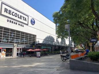 墓園旁的購物商場