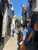 旅遊團參訪艾薇塔家族墓地