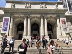 紐約公共圖書館正門左右標示兩項重要展覽