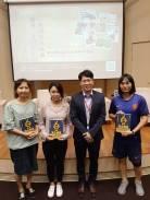 (左二)清大初級西語生 Margarita 從新竹到台北聆聽「歐洲文化論壇」,答題獲贈書。