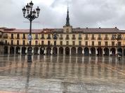 主廣場,鋪上一層雨水,冷冷,淒淒