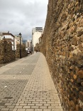 長長的牆垣和馬路,稀少的行人