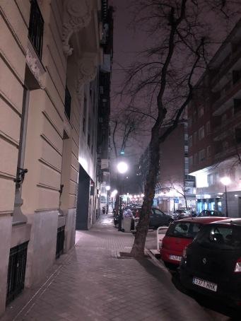 """看車牌 """"E"""" ( 西班牙街景)。夜裡步行吸冷風清呼吸道"""