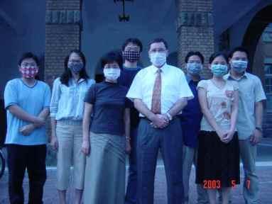 2003 年 SARS 蔓延,與修畢西語學程的同學合影。