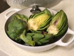 我用白色的知名鑄鐵鍋盛待煮的新鮮朝鮮薊