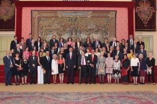 「向西語致敬」:國王 Felipe VI 與受邀各國學者合影