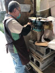 伯伯的磨鞋機器,全神貫注,雙手靈活