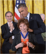 obama-isabel-allende-la-medalla-de-la-libertad